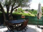 La table avec 6 chaises, parasol et olivier centenaire. Cigales comprises de fin juin à fin aout.