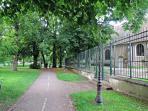 l'église  et l'entrée du parc de la mairie à 100m à peine.