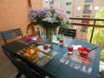 Terrazzo piccolo con tavolo e sedie
