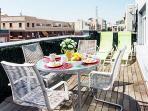 Terraza privada. No hay nada como una comida en un espacio privado abierto en Madrid.