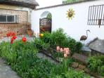 Side garden with flower beds and deco's!