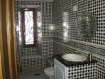 Bathroom with shower dwst