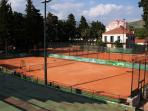 Nearby teenis courts