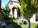 Fachada y jardin exterior con mesas para disfrutar del aire libre