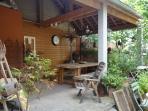 la terrasse couverte, spacieuse et lumineuse