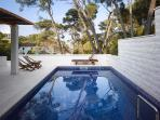 Luxury villa, sea view, only steps from beach, pool terrace for peace and quiet