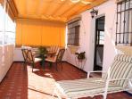 Amplia terraza privada (30m2) con toldo y mobiliario de jardín.