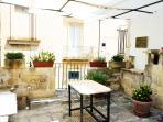 terrazzo solarium con terrazzino dotato di tavolo e sedie per la colazione/pasto all'esterno