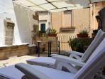 terrazzo solarium con sdraio, sul terrazzo il profumo della lavanda e delle piante aromatiche