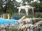 zwembad gevuld met bronwater
