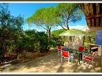 le terrasse de votre gite vous accueillera pour vos repas en écoutant le chant des cigales .
