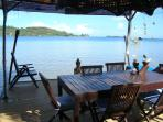 ponton salle à manger au dessus du lagon