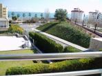 Terraza con vista al exterior frente al mar; desde el salón y el dormitorio principal..