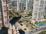 Vistas desde la parte de atrás del apartamento con zonas ajardinadas y parque infantil