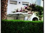 Fachada chalé con jardín de cesped  de 15 m 2