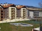 urbanizacion con piscinas, pista de tenis, ping-pong, zona verda y zona de juegos infantil