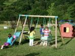 Juegos infantiles en la pradera de Valle de Bueida
