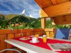 Geniessen sie ihr Frühstück auf dem Balkon in der Morgensonne