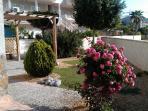 Terraza-jardín privada con pérgola y barbacoa