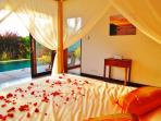 Queen size bed facing the pivate pool.
