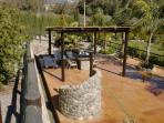 zona de piscina con merendero cubierto y mobiliario
