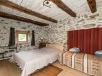 Chambre 5, avec grand lit (2 m) double, un lit simple et douche, wc, lavabo