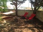 Area Relax all'ombra dei pini e del magnifico falso pepe con sdraio e amaca