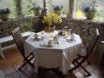 le petit dejeuner servi sur la loggia des le printemps