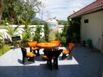 La petite cour avec son salon de jardin