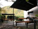 espacio recreativo con mesas, bancos y barbacoas