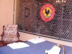 camera con parete in plexiglass contenete collezione vino aziendale