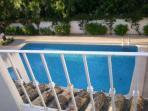 Vista al exterior piscina comunitaria para 25 apartamentos