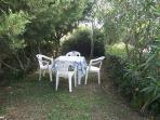 esterno con tavolinetto e sedie