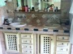salle de bain du rez de chaussée, très éclairée par baie vitrée, baignoire et douche Italienne