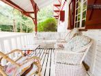 Le coin 'Singapour' de la terrasse : meuble en rotin vintage, un petit air de louisianne...Love it!