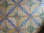 maioliche incastonate nel pavimento in cotto