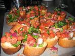 La panzanella:piatto tradizionale romano con pane pomodoro e basilico