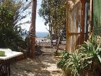 la entrada a la casa, através del jardin, desde donde también se ve el mar