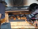 Animation 'la journée du pain': la sortie du four à bois