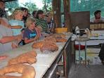 Animation 'la journée du pain': les enfants admirent leur pain après cuisson