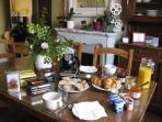 Les petits-déjeuners sont servis dans la pièce principale. Croissants, pain maison, yaourts, café...