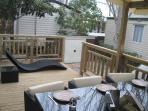 Grande terrasse agrémentée de son salon de jardin