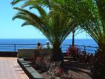 Rincones del complejo para pasear y relajarse entre sus jardines con vistas al mar.