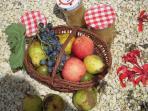 Fruits et confitures maison.