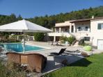 La maison et sa piscine parfaitement sécurisée dans un cadre de verdure