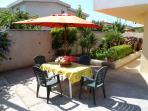 terrazza con possibilità di barbecue e tavolo con ombrellone