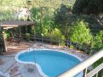 The swimming pool from the balcony - La piscina desde el balcón