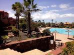 Vista de una piscina en medio del complejo