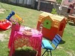 Jardín con barbacoa y juguetes niños