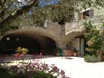 entrées des chambres avec terrasses privative donnant sur notre cour fleurie